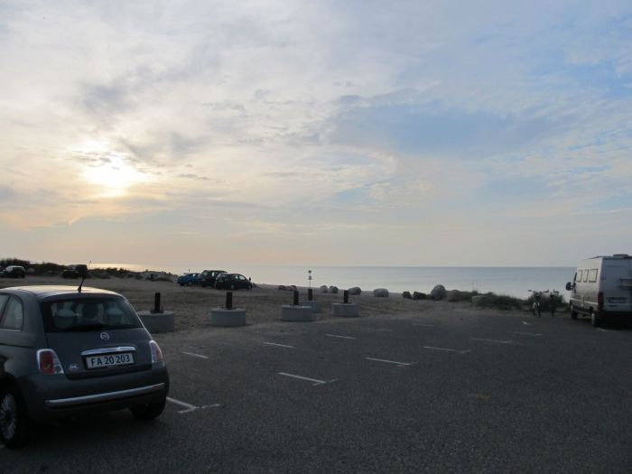 Til venstre en retro-Fiat, i midten flytbare betonklodser