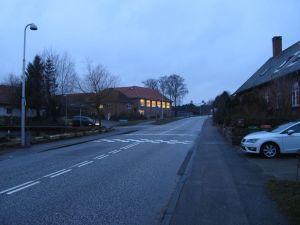 Tisvildevej, Vejby Skole, den gamle del, ved 16-tiden. Luften er ikke blå, men jeg tror at farvningen skyldes at der er elektrisk lys af en varmere temperatur i midten af billedet