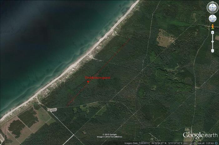 Stenen står ca. ved den røde plet; Troldeskovsporet er et hjulspor, som går helt lige fra Stængehus til Troldeskoven, hvorefter der er ca. 100 meter vinkelret vej til Strandvejen (bred grusvej)