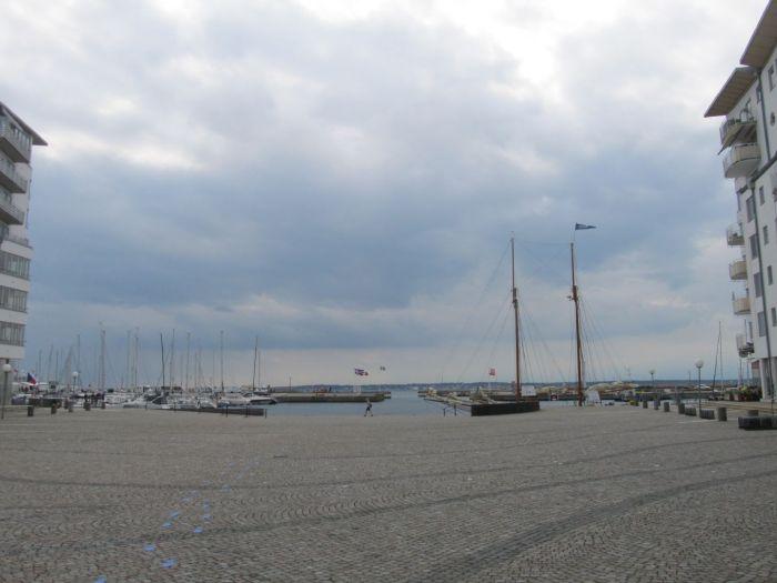 Går man fra Konserthuset videre ud mod vandet, hvor i gamle dage der var togterrain, åbner der sig et kig til Øresund, Helsingør, og en moderne strandpromenade