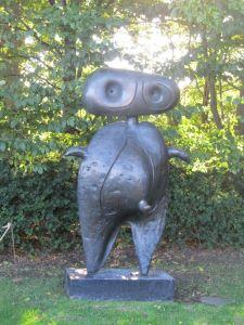 Miro er mand for denne skulptur udenfor Cafeteriet - mindre ikonisk end sejl-skulpturen